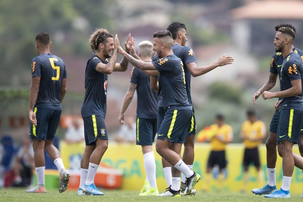 Guga e Matheus Henrique comemoram gol da seleção brasileira sub-23: time treinou durante 12 dias na Granja Comary — Foto: Lucas Figueiredo/CBF