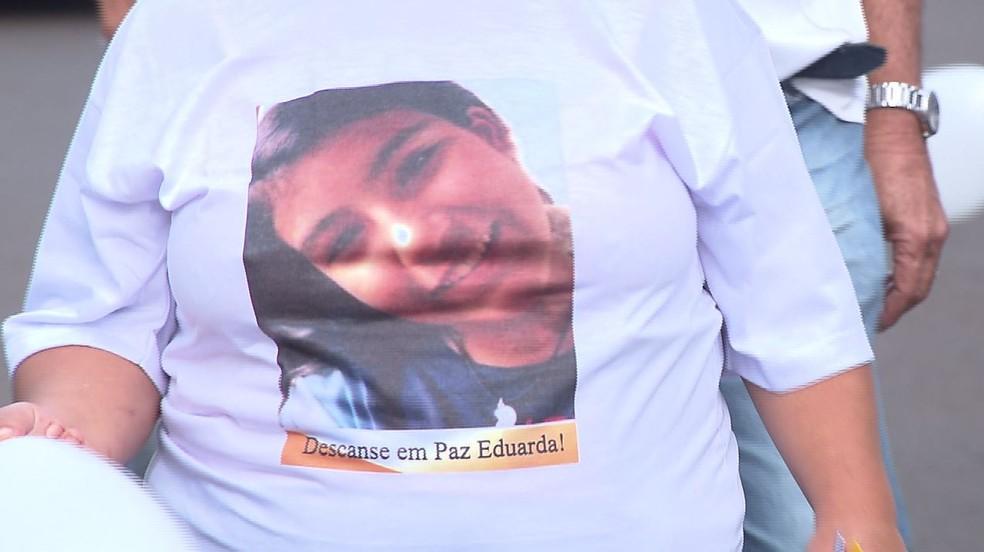 Moradores usaram camisetas com fotos de Eduarda Shigematsu, em passeata em homenagem à menina, neste sábado (4), em Rolândia — Foto: Reprodução/RPC