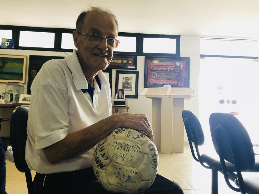 Lauthenay Perdigão fundou o Museu dos Esportes em Alagoas — Foto: Viviane Leão/GloboEsporte.com