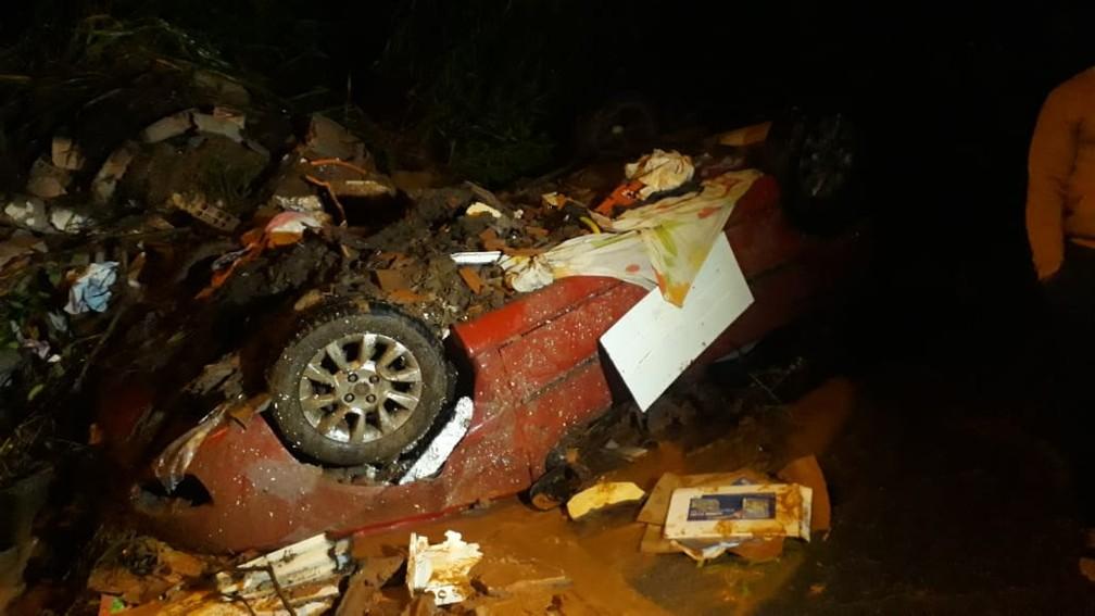Também em Betim, um carro foi arrastado pela lama — Foto: Lucas Franco/TV Globo