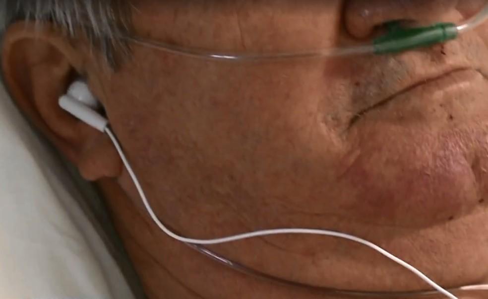 Paciente ganham fones na UTI do Hospital de Maravilha — Foto: Reprodução/NSC TV