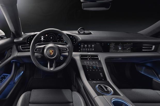 O interior do Porsche Taycan: passageiro também tem display touchscreen (Foto: Divulgação)