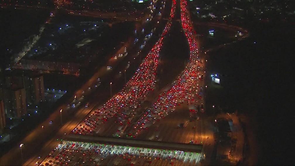 Congestionamento na rodovia Castello Branco, na altura do pedágio, sentido interior, nesta sexta-feira (4).  — Foto: Reprodução/TV Globo