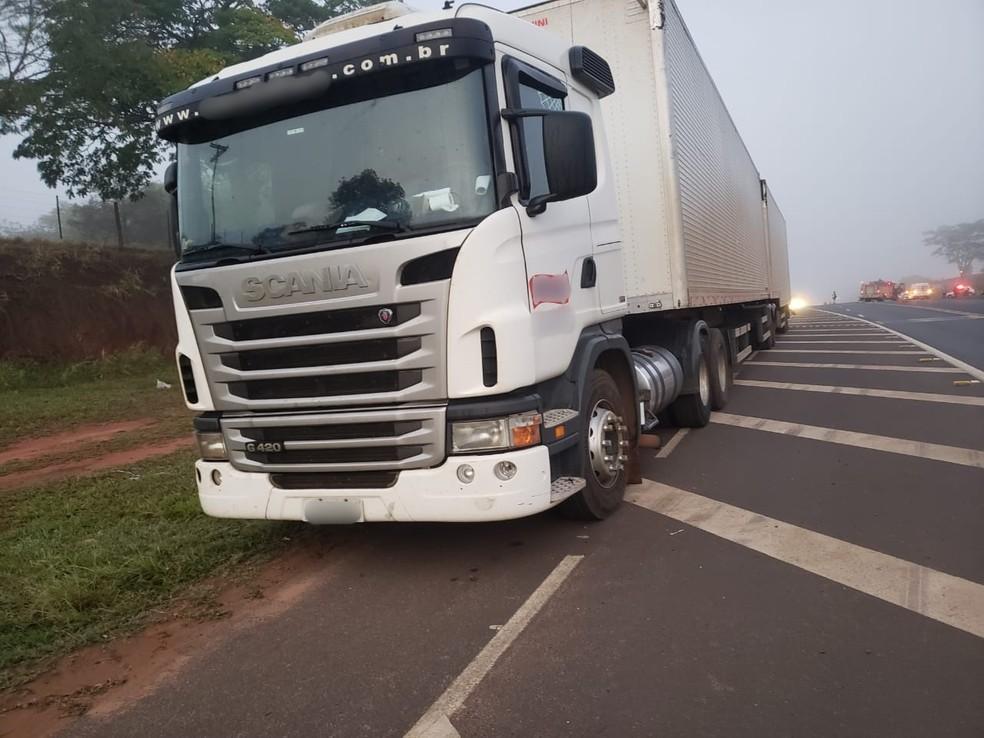 Carreta com salgadinho bate em veículo da prefeitura de Herculândia em rodovia de Tupã — Foto: Tupaense.com