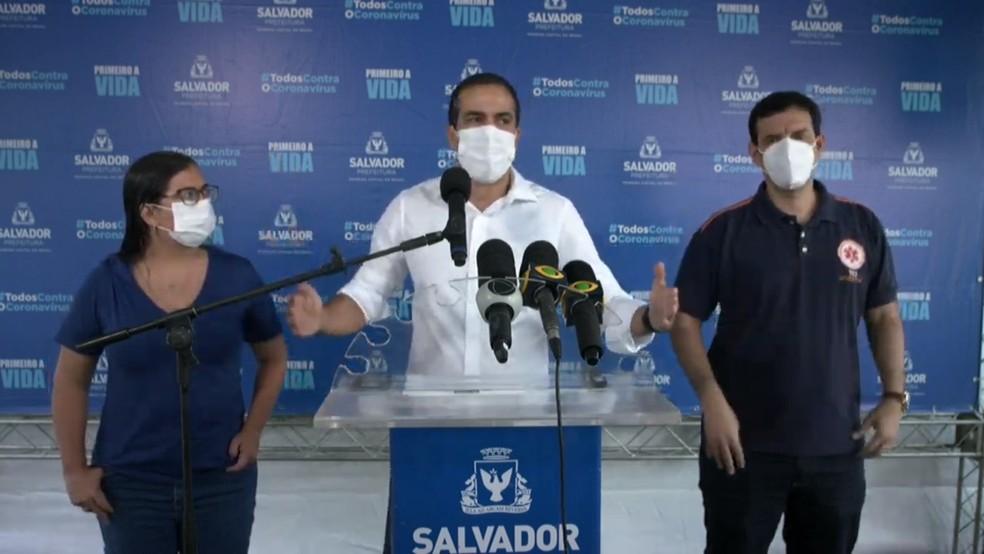 Prefeito Bruno Reis (de branco) anuncia medidas ao lado da vice-prefeita, Ana Paula Matos, e do secretário de Saúde Léo Prates — Foto: Reprodução/Redes Sociais