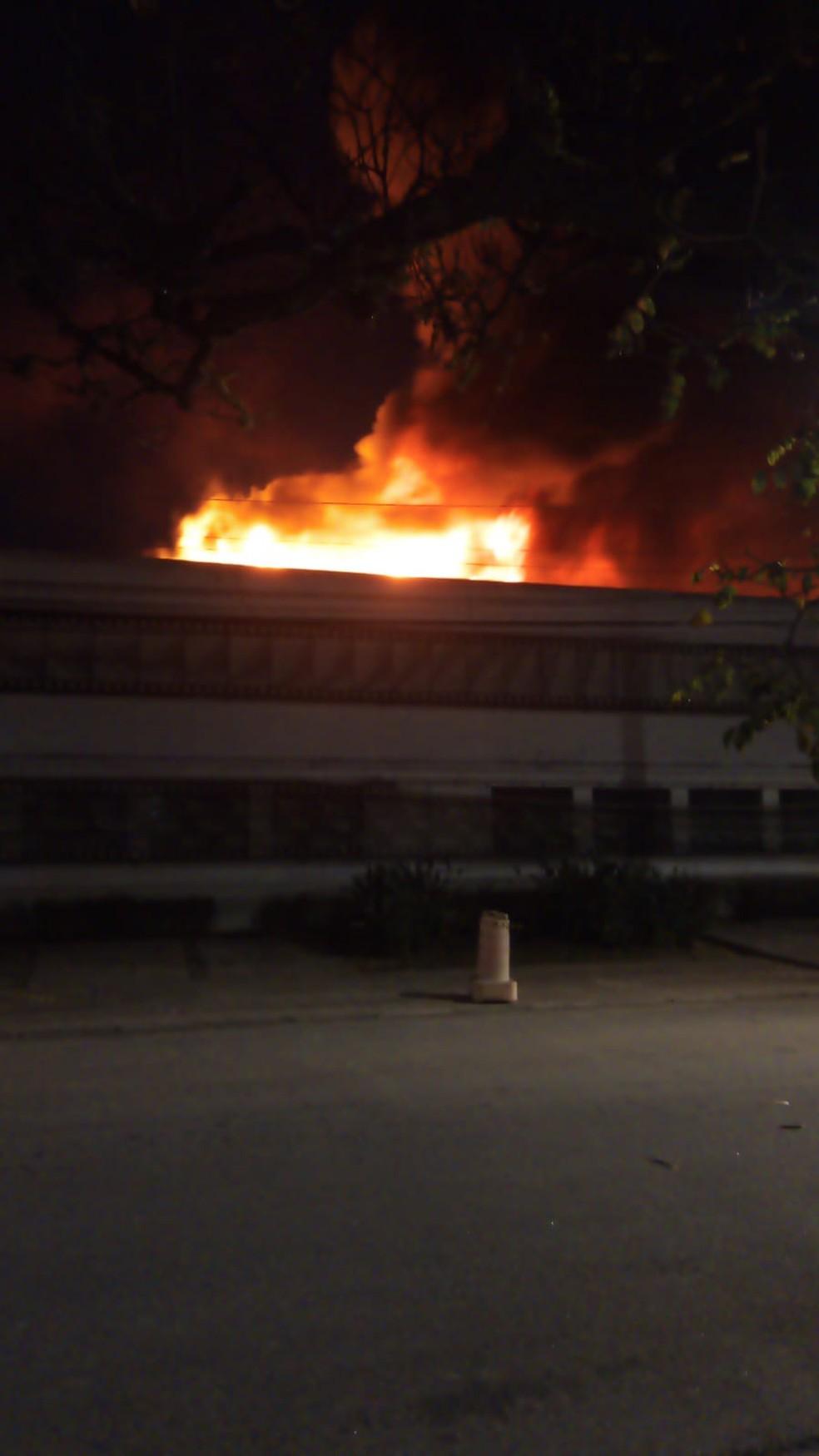 Incêndio no galpão da Cinemateca Brasileira na Vila Leopoldina, Zona Sul de SP.  — Foto: Reprodução/TV Globo