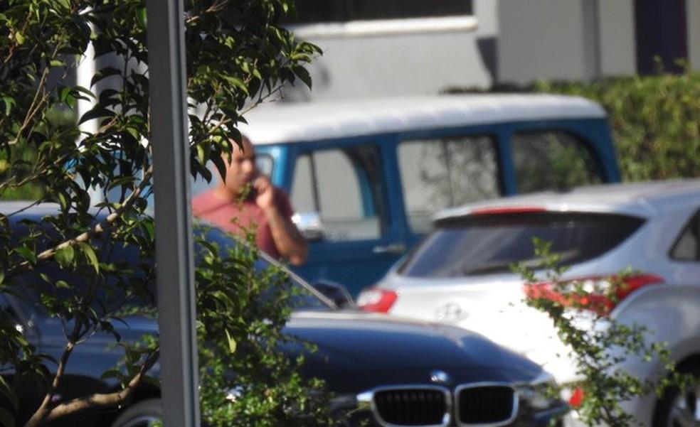Emerson Sheik no estacionamento do CT do Corinthians nesta segunda-feira — Foto: Marcelo Braga