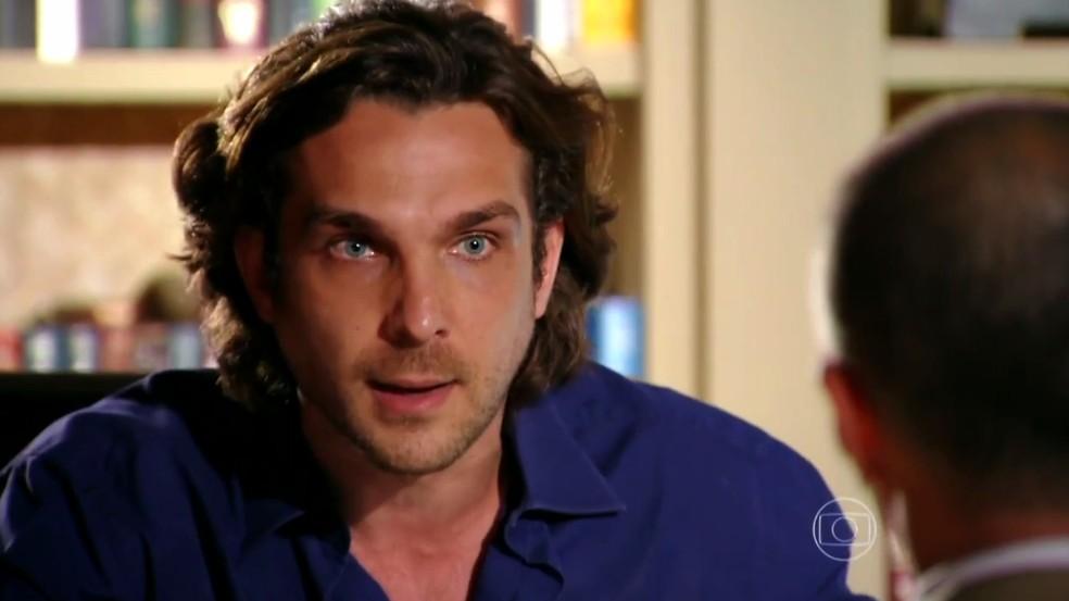 Alberto (Igor Rickli) avisa ao seu advogado que quer se vingar de Ester (Grazi Massafera) - 'Flor do Caribe' — Foto: Globo