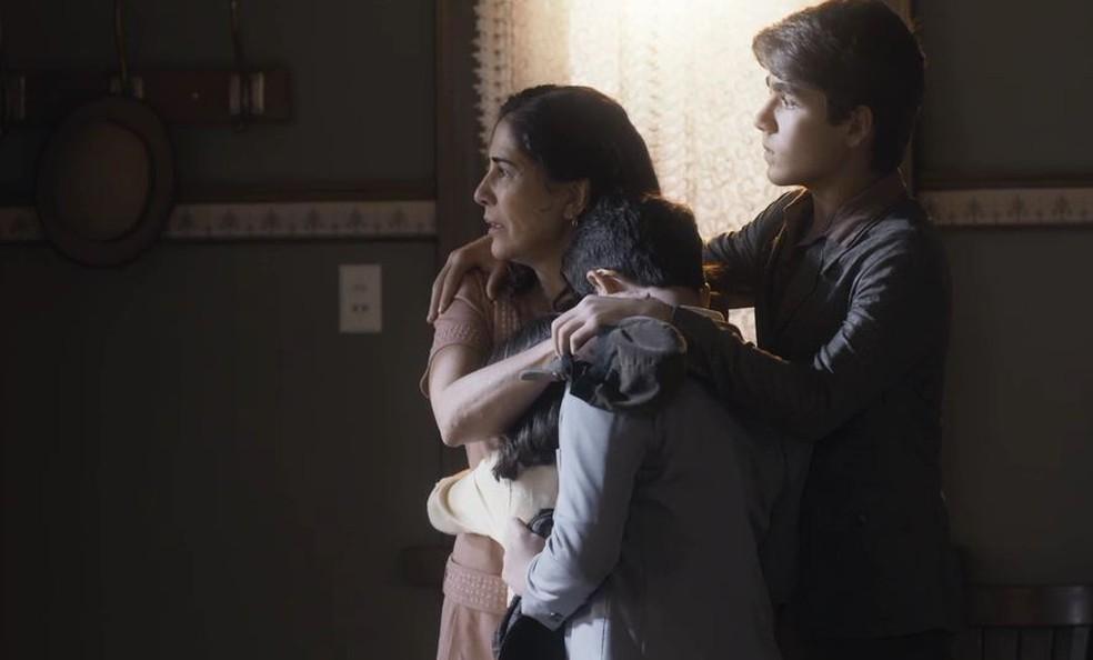 Lola (Gloria Pires) e os filhos se desesperam com fuga de Alfredo (Pedro Sol/Nicolas Prattes) — Foto: Globo