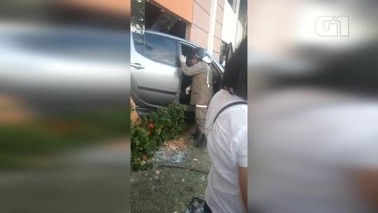 Condutor erra ao dar a ré, bate em três carros e invade academia no Litoral do Piauí