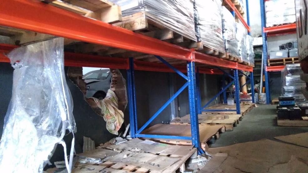 Criminosos arrombam parede e roubam baterias de carro em Natal; prejuízo é estimado em R$ 100 mil — Foto: Geraldo Jerônimo/Inter TV Cabugi
