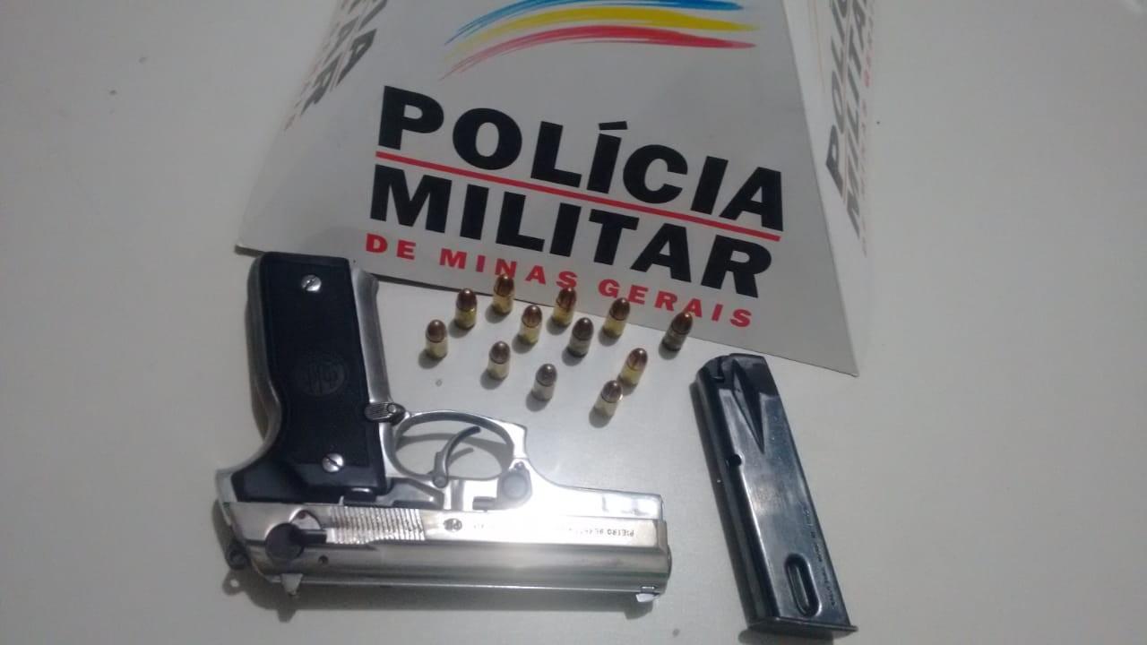 Policiais suspeitam de carro que passou várias vezes pela mesma rua e apreendem arma em Arinos