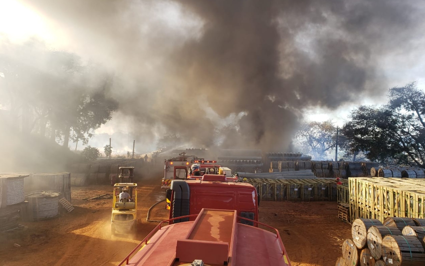 Pátio da Enel pega fogo em Goiânia; vídeo