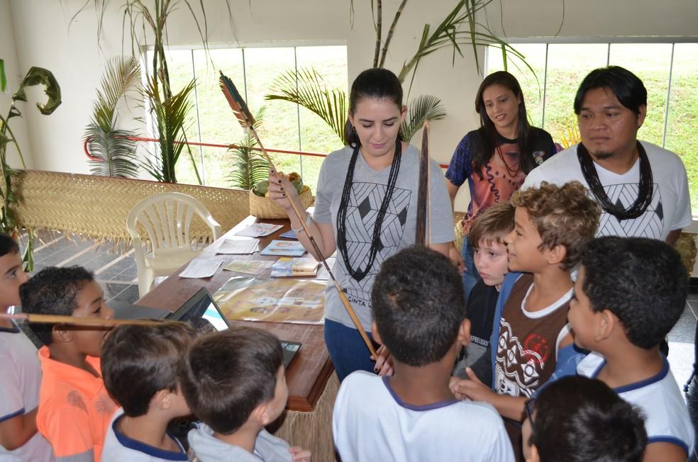 Festival é para trazer um pouco da história indígena por meio de exposições de fotos e artesanatos, segundo direção artística da Fundação Cultural de Cacoal.  — Foto: Magda Oliveira/G1
