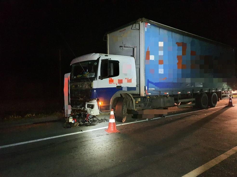 Motociclista morre em acidente com carreta na BR-393, em Paraíba do Sul — Foto: Divulgação/PRF