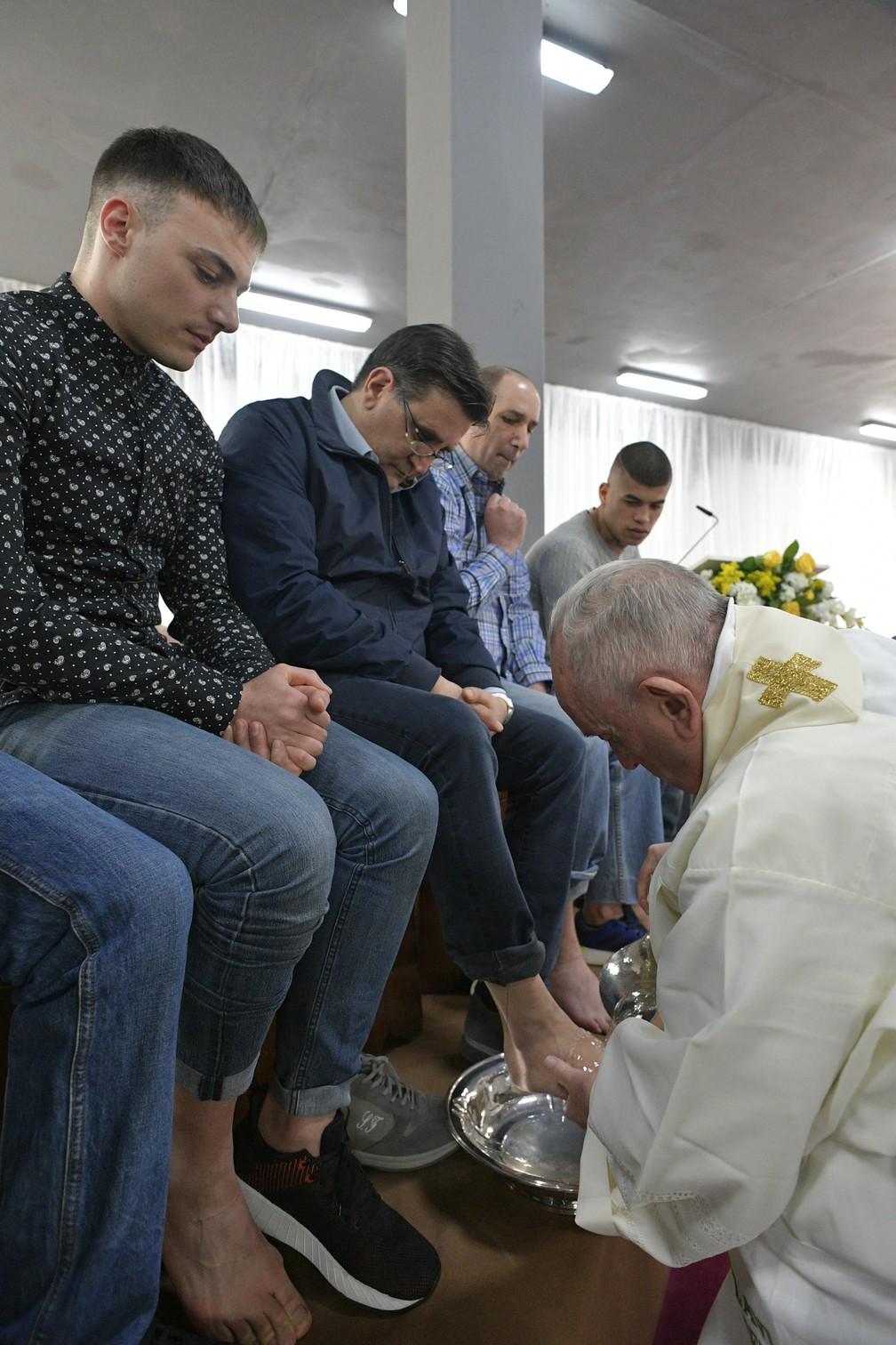 Papa Francisco lava os pés de um presidiário na prisão Velletri, em Roma, durante as celebrações da Quinta-feira Santa — Foto: Handout/Vatican Media/AFP