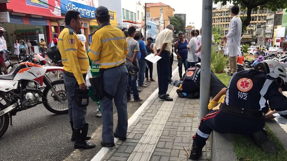 Agentes de mobildade foram atendidos pelo Samu no Centro de João Pessoa após acidente (Foto: Walter Paparazzo/G1)