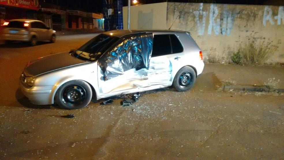 Carro atingido por assaltantes em fuga, em Campo Grande (Foto: José Aparecido)