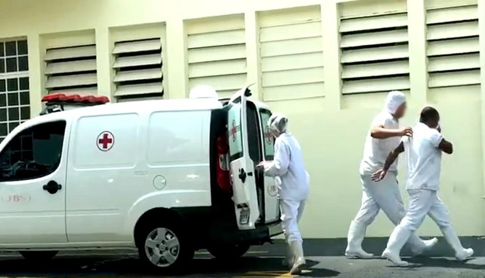 Funcionários deixam ambulância da empresa em frente à Santa Casa de Lins — Foto: Nova TV/Divulgação