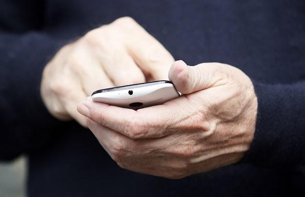 O smartphone Moto X, que será lançado no fim ano, nas mãos de Eric Schmidt, diretor executivo do conselho do Google, na quinta-feira (11), nos Estados Unidos. (Foto: Rick Wilking/Reuters)