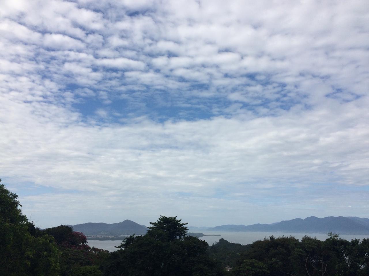 Sábado deve ter muitas nuvens e chuva isolada em SC