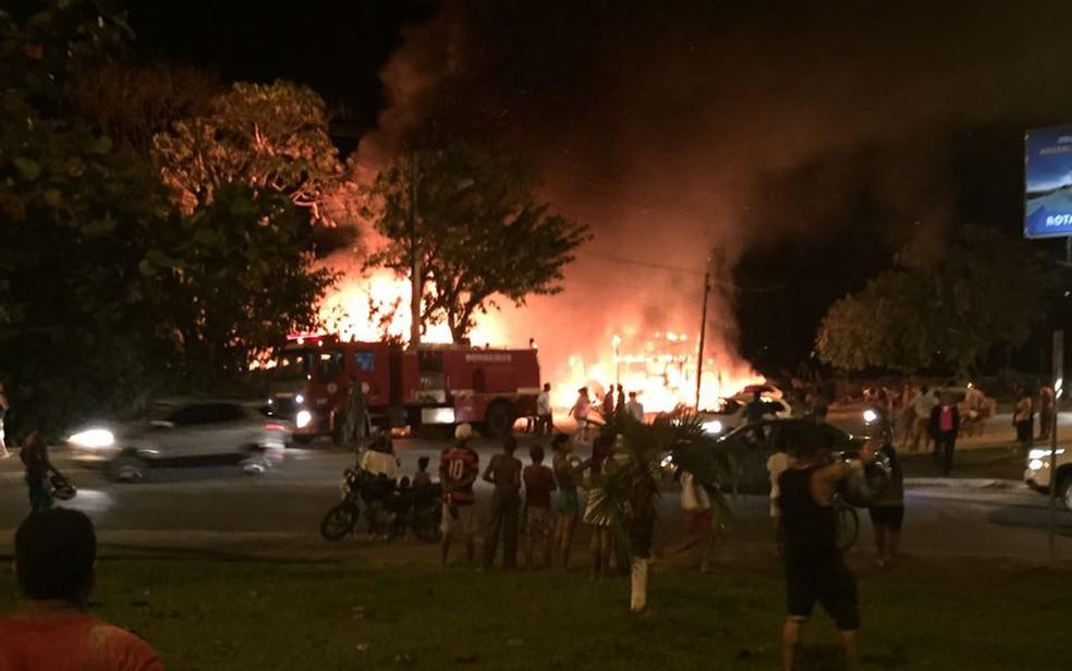 Fogo atingiu imóveis em frente à rodoviária de Ilhéus, na noite de domingo (Foto: Divulgação/ Corpo de Bombeiros)