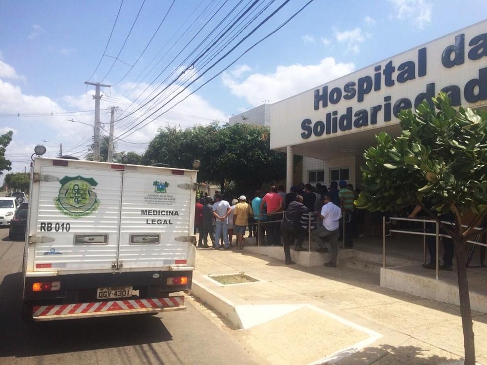 Crime aconteceu na manhã desta segunda-feira (9) na frente ao Hospital da Solidariedade, em Mossoró — Foto: Hugo Andrade/Inter TV Costa Branca