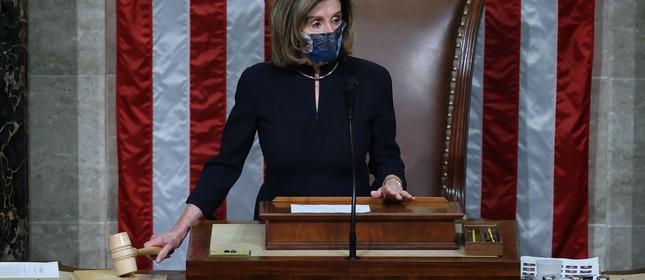 A presidente da Câmara, Nancy Pelosi, bate o martelo depois que o Congresso votou pelo impeachment do presidente Donald Trump pela segunda vez em pouco mais de um ano
