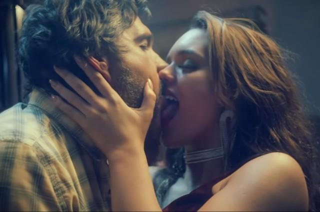 Leo Chaves e Rafa Kalimann se beijam no clipe 'Jéssica' (Foto: Reprodução/Youtube)