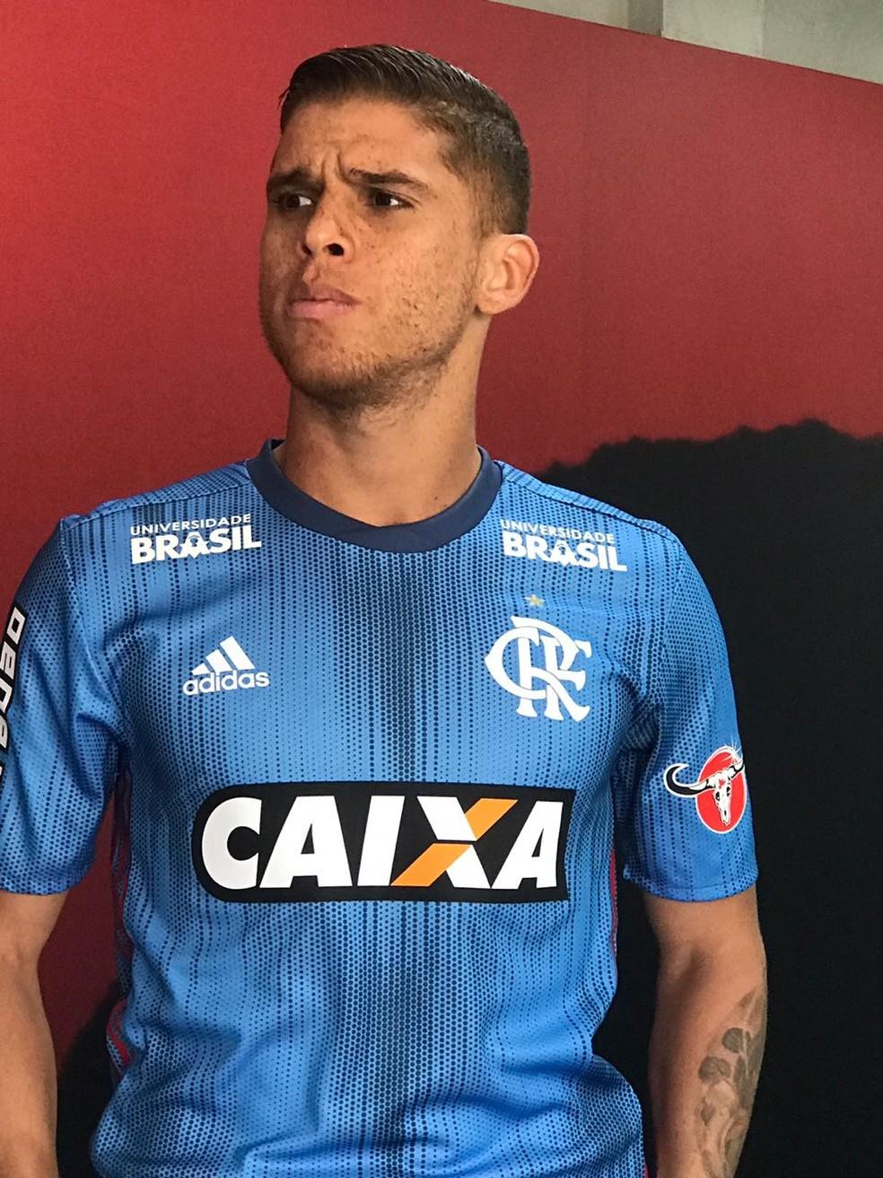 Cuéllar posa de modelo com a nvoa terceira camisa do Flamengo (Foto: Cahê Mota/GloboEsporte.com)