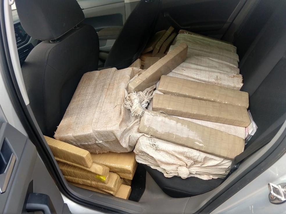 Parte do entorpecente foi encontrado no banco traseiro de carro em Jales  — Foto: Arquivo Pessoal/PRE