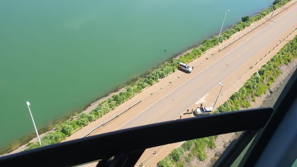 Aeronave sobrevoou a ponte Fernando Henrique Cardoso nesta sexta — Foto: Divulgação/Governo do Tocantins