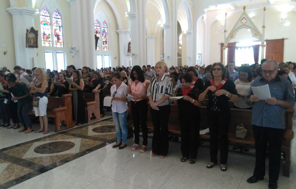 Fiéis lotaram Catedral durante a celebração. (Foto: Kris de Lima/ TV Grande Rio)