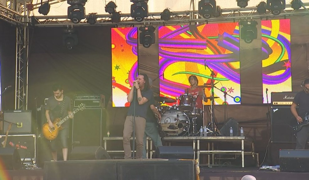 Bandas se apresentam no palco às margens do Rio Tietê (Foto: Reprodução / TV TEM )