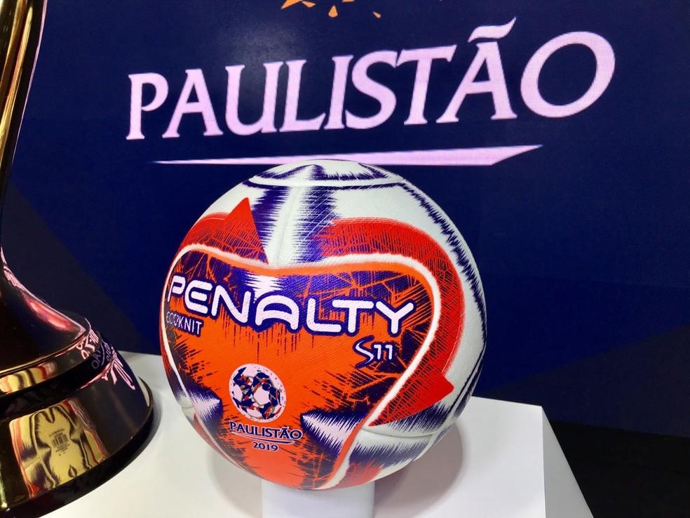 Detalhe da bola que será usada no Campeonato Paulista — Foto: Diogo Venturelli