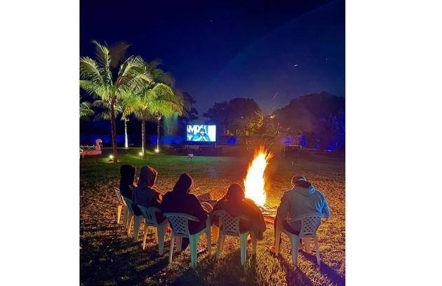 Na área externa, Rodolffo costuma fazer reunião com amigos e, em estações frias, acende uma fogueira (Foto: Reprodução)