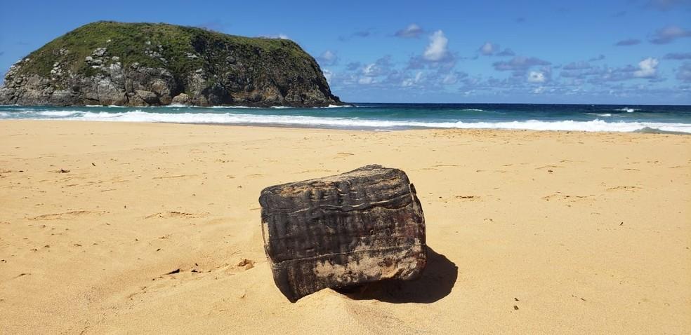 Fardo de borracha foi encontrado na Praia do Leão — Foto: Ana Clara Marinho/TV Globo
