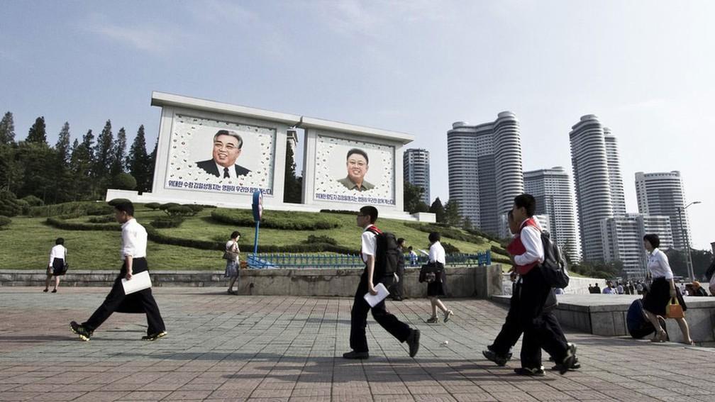 Turistas não podem entrar com câmeras com GPS, livros ou revistas sul-coreanos e lentes de longo alcance em Pyongyang (Foto: Gabriel Britto/BBC)