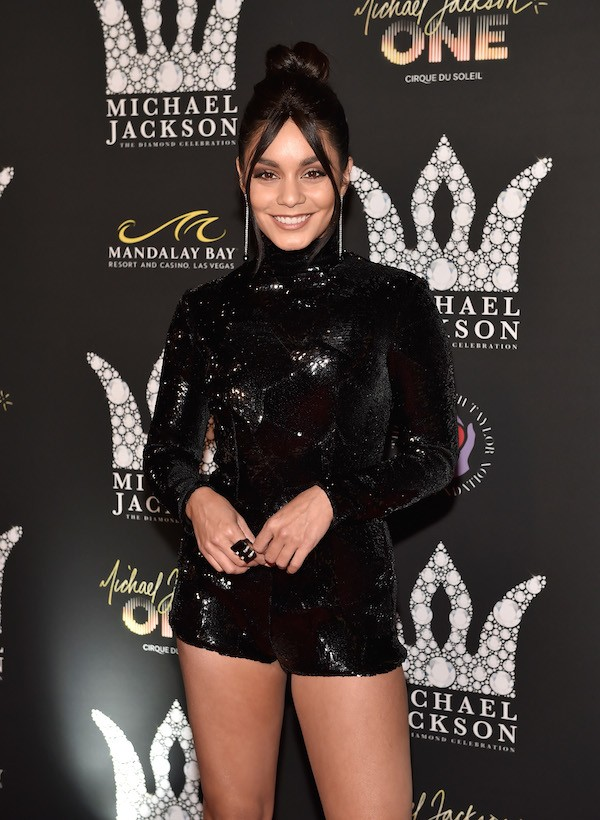 Vanessa Hudgens no evento celebrando os 60 anos do nascimento do músico Michael Jackson (1958-2009) (Foto: Getty Images)