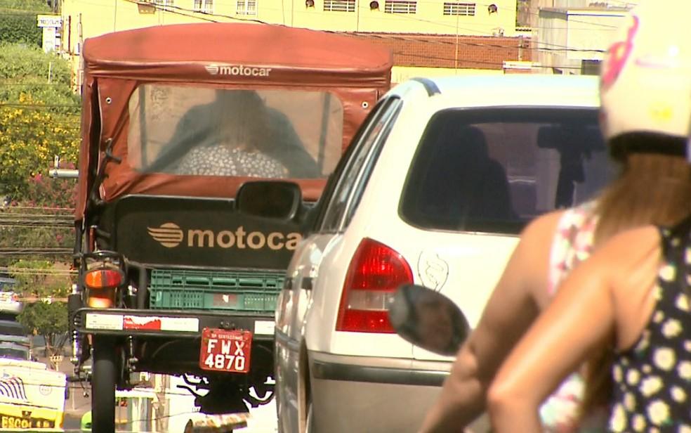 Tuk-tuk é preferência no transporte de passageiros em Sertãozinho, SP (Foto: Valdinei Malaguti/EPTV)