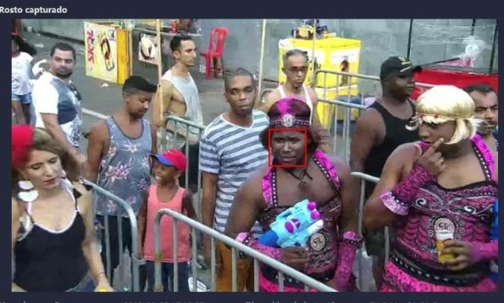Suspeito de homicídio, vestido de mulher, é preso após ser flagrado por câmera de reconhecimento facial no carnaval de Salvador — Foto: Divulgação/SSP/BA