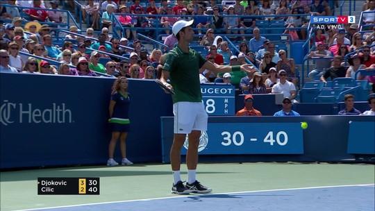 Novak Djokovic leva advertência por demora no saque no Masters 1000 de Cincinnati