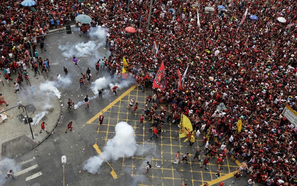 Policiais usam bombas de gás em confusão no Rio de Janeiro após desfile do Flamenfo — Foto: Ricardo Moraes/Reuters