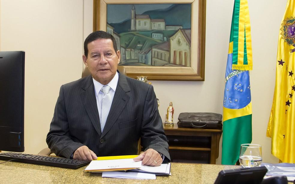 O vice-presidente, Hamilton Mourão, após assumir interinamente a presidência ontem — Foto: Romério Cunha/VPR