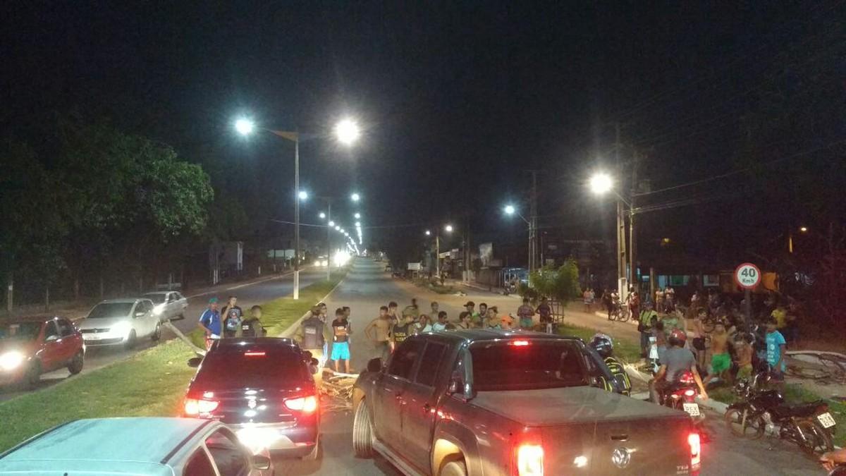Moradores fecham avenida em protesto após idoso morrer atropelado por moto