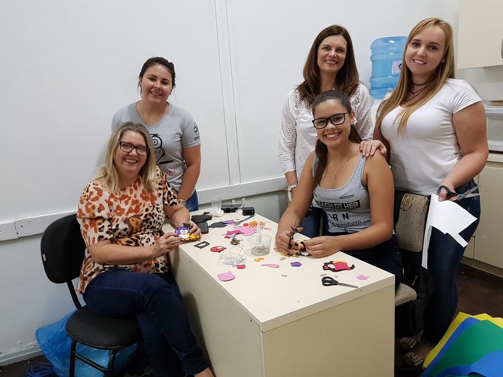 A coordenadora Rosana Beatriz Ansai (sentada à esquerda) com a equipe do Pemu preparando o atendimento das crianças para 2018 (Foto: Pemu/Divulgação)