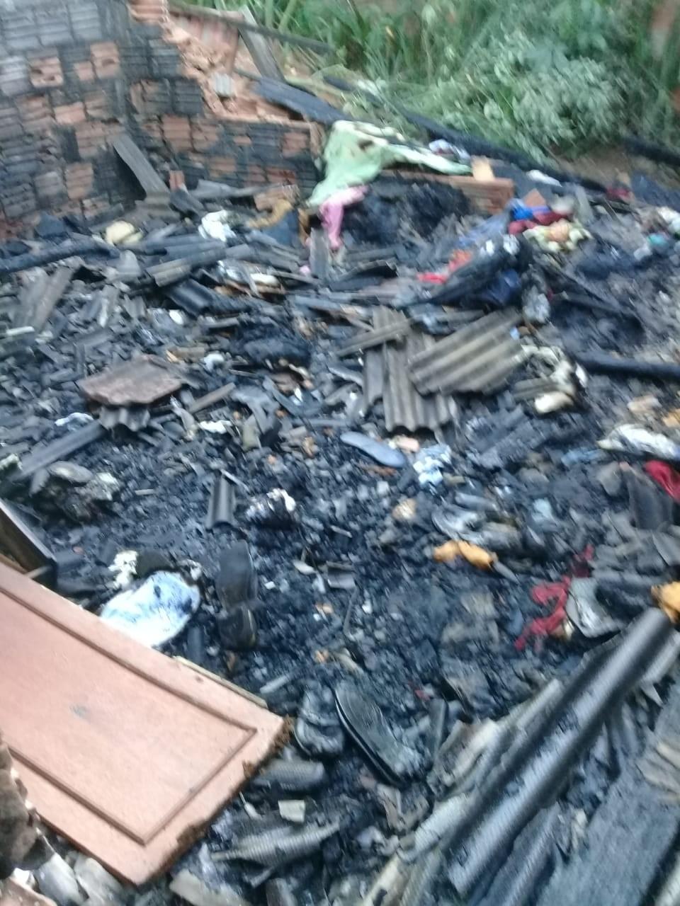 Briga entre irmãos termina com casa incendiada no bairro Santa Luzia, em Presidente Prudente