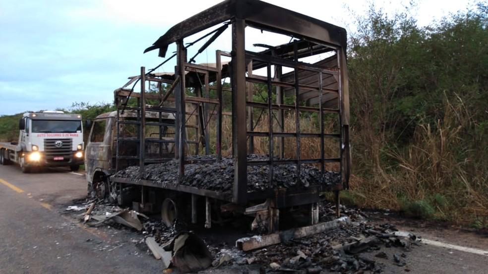 De acordo com o Corpo de Bombeiros, uma pane elétrica acabou provocando o incêndio no caminhão na cidade de Ipu — Foto: Antônio Viana/Arquivo Pessoal