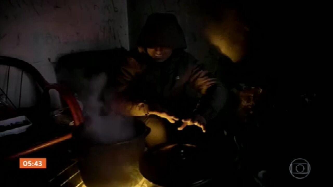 Centenas de imigrantes estão abrigados em prédios abandonados no noroeste da Bósnia