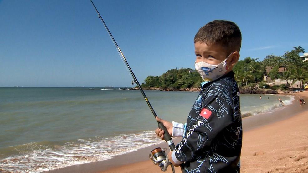 Menino de três anos pesca com o pai no ES  — Foto: Reprodução/TV Gazeta
